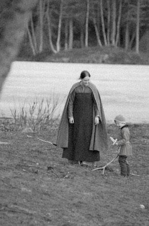 tingfred-Enkel-bondekvinne-med-sønn